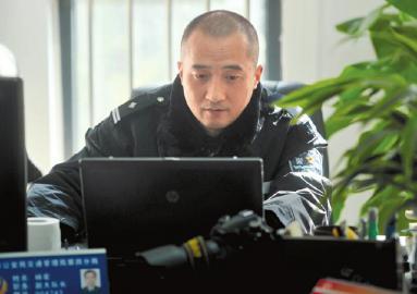 工作中的交警杨宏。