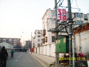 偶然抬头发现路边的变压器上被人挂了一个写有家具城字样的白色招牌.图片