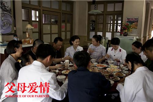 家人相聚一起吃团圆饭
