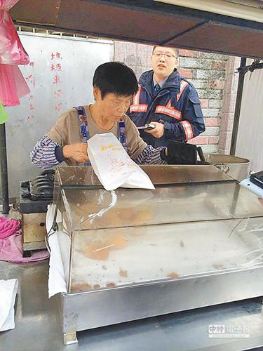 台湾新北市三峡区文化路的老阿嬷卖鸡蛋糕。图自台湾《中国时报》