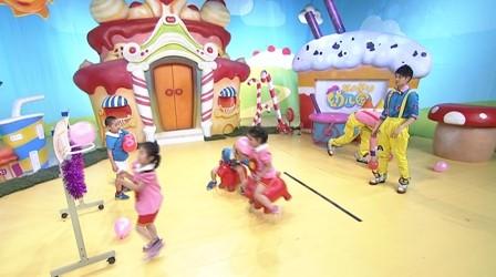 小朋友们快来《卡酷幼儿园》庙会的套圈游戏吧,看看能不能套到你喜欢