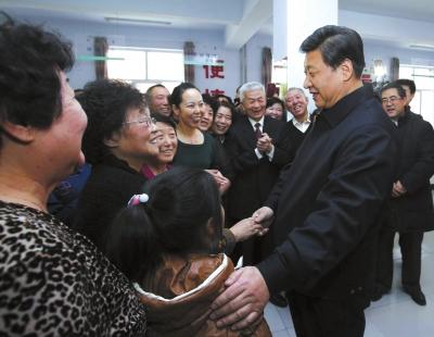 """习近平与当年同为知青的""""北京老乡""""罗香玲热情握手。"""