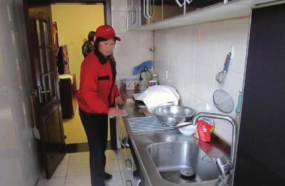 孙红梅正在做家政服务