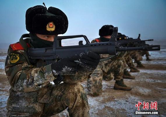 资料图:新疆武警部队演练。