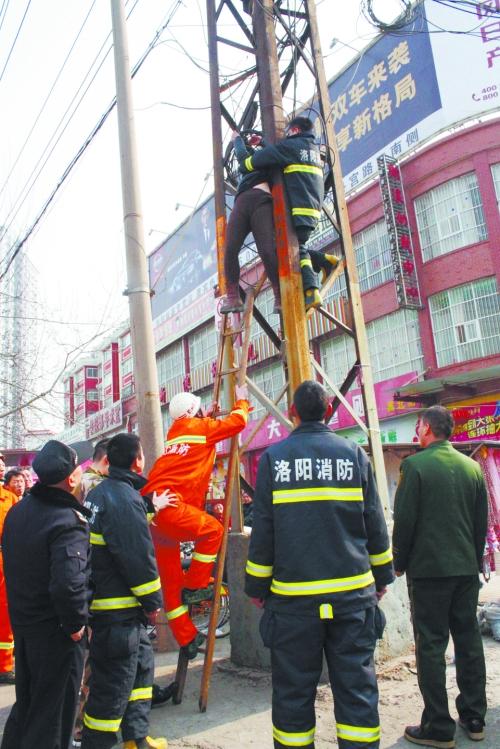 消防官兵将跳楼的女子成功救下