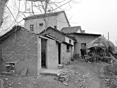 小闯自缢的厕所。厕所的屋顶和横梁已被拆除,横梁在1月23日小闯下葬后被焚烧掉了。 新京报记者 卢美慧 摄