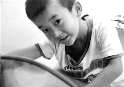 父亲李满国手机中仅有的一张儿子的照片。