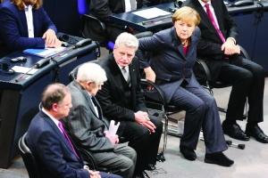 """27日,柏林,德国总理默克尔、德国总统高克(右二)与95岁的俄罗斯作家、二战时列宁格勒大围困的幸存者丹尼尔・格拉宁(左二)一同出席""""国际大屠杀纪念日""""悼念活动。"""