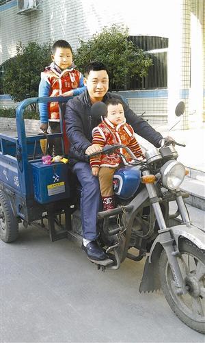 江士清经常骑着这辆电动三轮车载着孩子们运货。