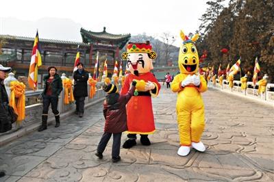 公园里,大街小巷里,已是一片迎新的气息。7天长假,逛庙会是新老北京人难以割舍的热闹。