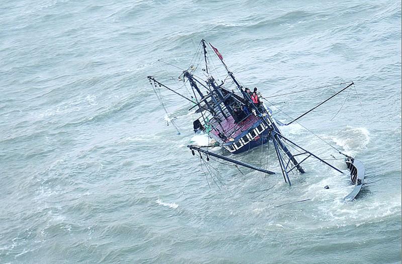 6名渔民被困在搁浅沉没的渔船上