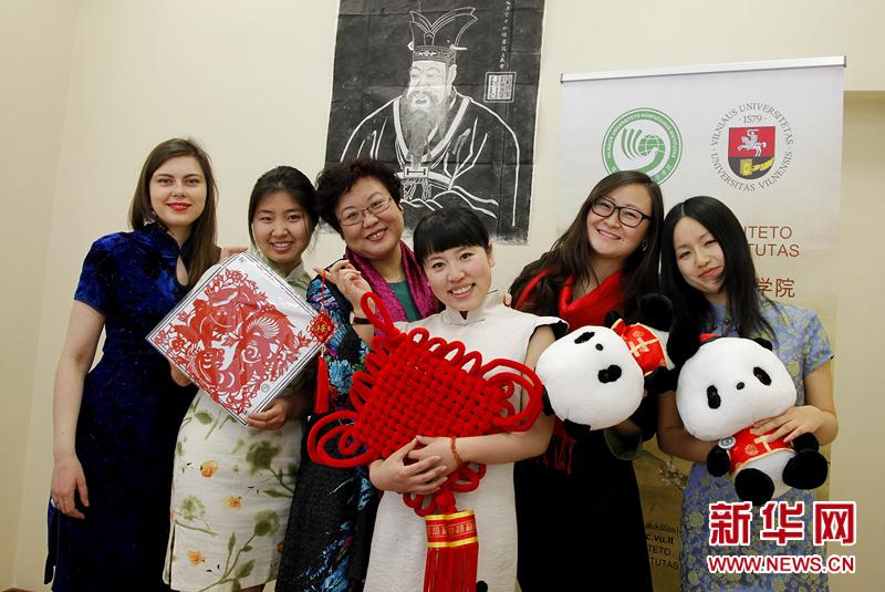立陶宛维尔纽斯孔子学院全体工作人员通过新华网给全球华人拜年!祝祖国繁荣昌盛!国泰民安!