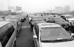 昨天早晨,沪宁高速受大雾影响封闭,收费站前堵车严重