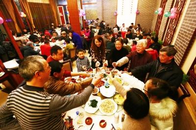 一家人在饭店里吃年夜饭