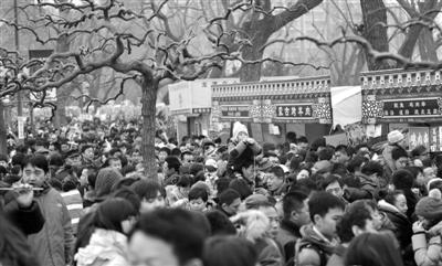 昨日,龙潭庙会吸引大量游客。新京报记者 杨杰 摄