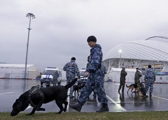 资料图:俄罗斯军警在索契冬奥会会场外搜索可疑物品