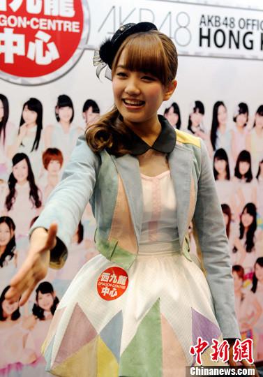2月5日,加藤玲奈与热情粉丝见面。中新社发 谭达明 摄