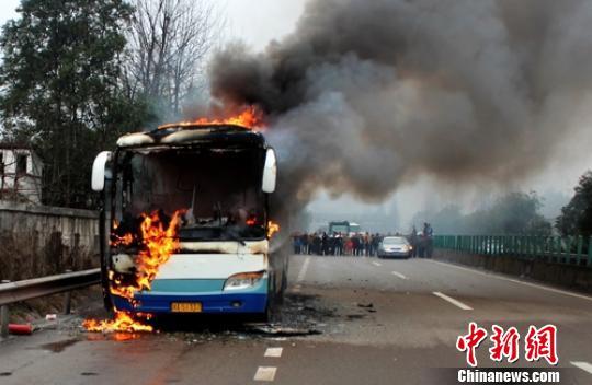 消防官兵正在扑灭客车大火。 钱跃东 摄