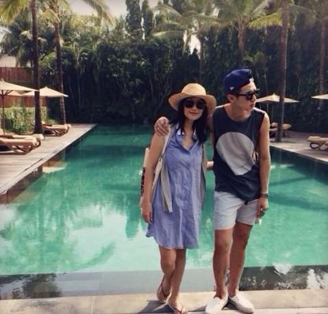 柯震东与妈妈度假。