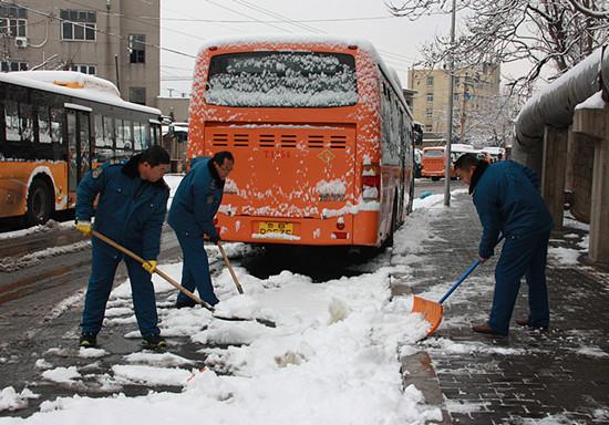 361路队职工清理站头积雪
