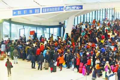 昨日,由于中部地区大雪造成高铁降速,大部分南下高铁晚点近两小时,影响了武汉站和汉口站部分旅客的行程 记者陈卓