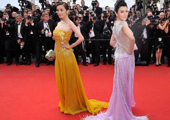 """2012年戛纳电影节,杨幂与陈廷嘉并排走上红毯,被冠以""""金角大王与银角大王"""""""