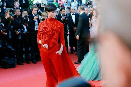 去年戛纳电影节李宇春走红毯之前,提前开了小型发布会