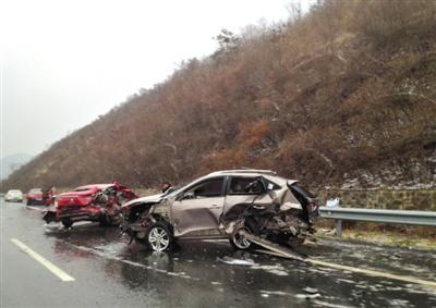 因路面结冰,高速S49随州境内发生多起事故。
