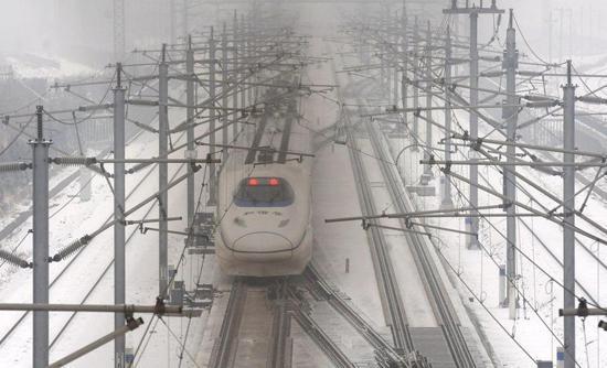 昨日,由武汉始发到北京G508次高铁沿途被大雪覆盖,列车广播告知受降雪天气影响,为确保行车安全降速运行,预计晚点1小时10分钟。