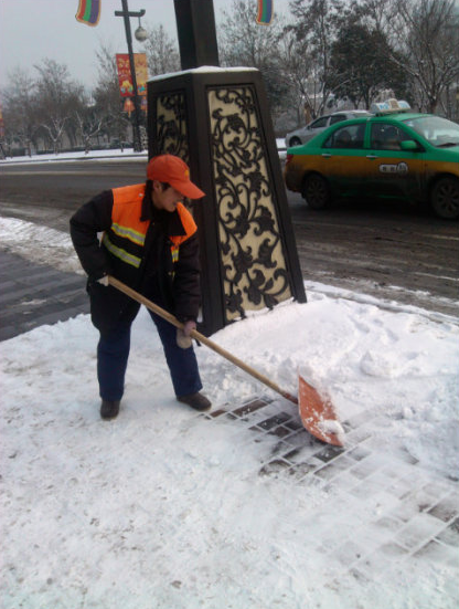 西安清洁工人员扫雪忙-马年上班第一天 西安最值得尊敬的人图片