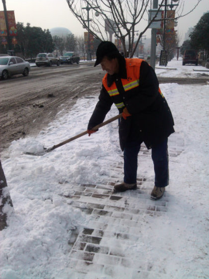 清洁工扫雪图片-马年上班第一天 西安最值得尊敬的人图片