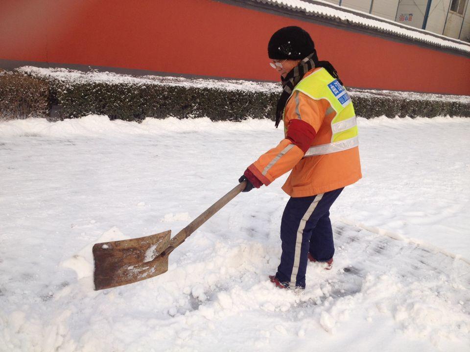班第一天 西安清洁工人员扫雪忙.-马年上班第一天 西安清洁人员 各图片