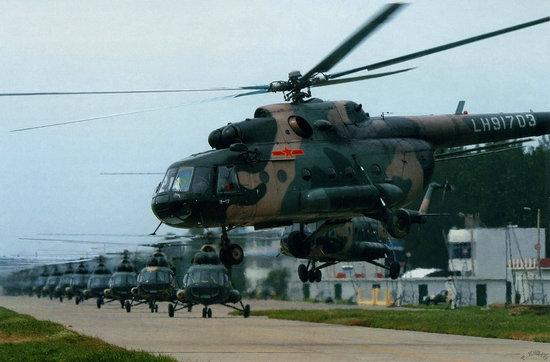 资料图:解放军黑鹰直升机群。