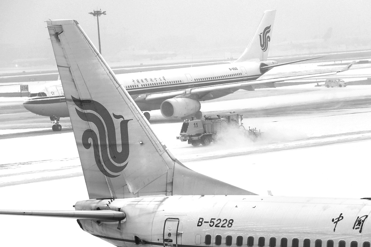 昨日,扫雪车在首都机场清除滑行道和机坪的积雪。新华社发