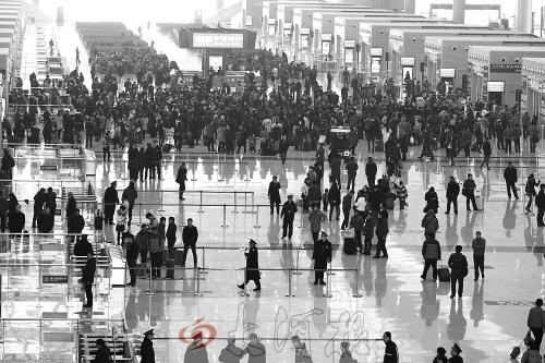 郑州东站大部分列车晚点,部分旅客滞留。