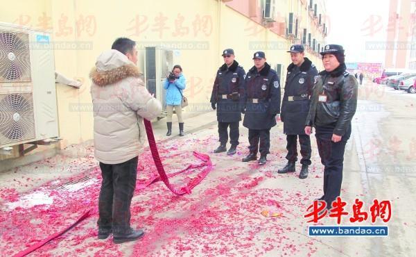 高科园装饰城 ,一名正欲燃放鞭炮的男子被民警劝下。 本报记者黄英帅 摄