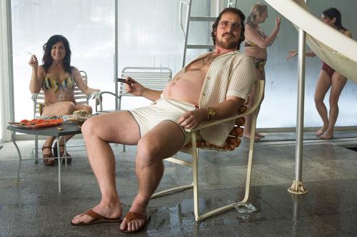 贝尔在《美国骗局》不仅把自己变成了有个大啤酒肚的胖子,假发、胡子、框架眼镜这样的扮丑装备一个都不少