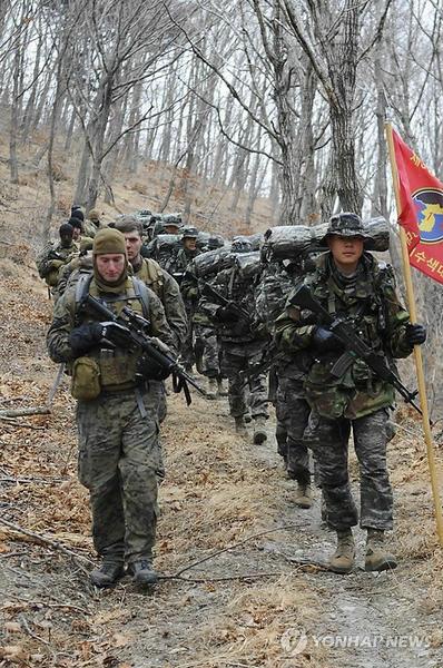 韩美海军陆战队举行冬训 山地战术行军300公里图片