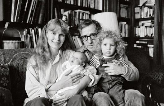 伍迪-艾伦抱着年幼的养女。