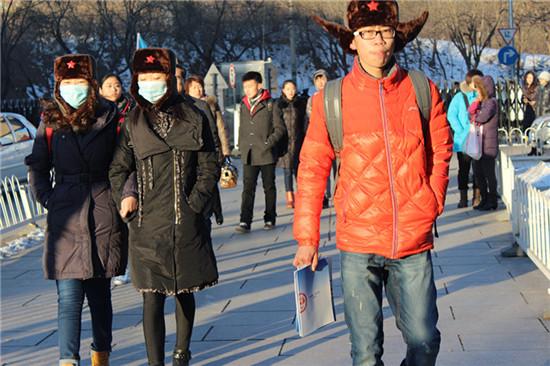 图为前来参加北京电影学院艺术类招生考试的考生