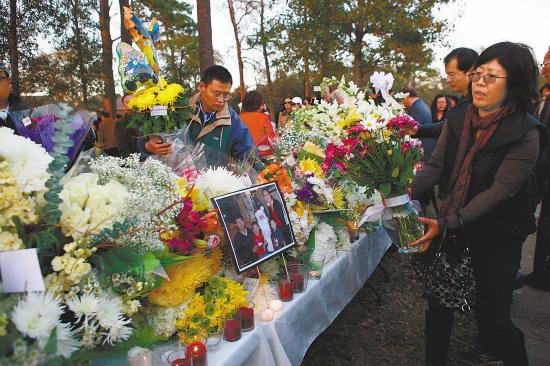 2月8日,美国休斯敦华人侨社举行烛光追思会,悼念近日遇害的美籍华人孙茂业和家人。孙茂业和妻子及两个孩子2月初被发现在家中惨遭枪杀。