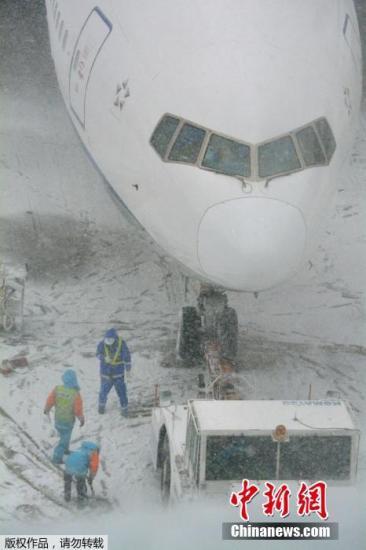 日本东京遭暴雪袭击一片混乱旅客叫苦连天
