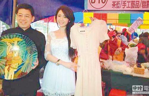 """台湾""""移民署长""""谢立功(左)号召新移民做公益,新移民艺人海伦清桃(右)拿出入围金钟奖的戏服义卖,吸引民众抢购。《中国时报》"""