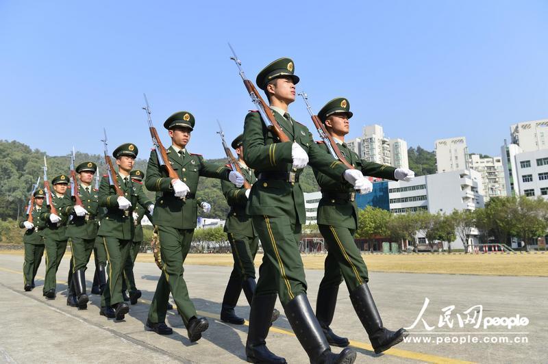 国旗护卫队在进行端枪训练.