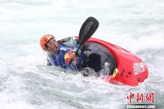 红牛花式皮艇冲浪赛:中国首位花式水洞冠军诞生
