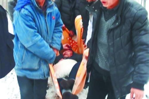 村民用被子抬着伤者下山