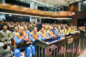 庭审现场,左一持矿泉水瓶者为胡伟星。 记者刘晓星 通讯员罗伟雄摄