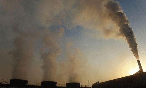 一家化工厂好几个烟囱都在冒烟。