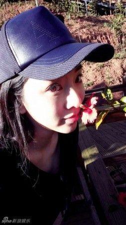 已经主持过多次春晚的央视主持人李思思近日在微博晒出一系列出游照,28岁的她在电视屏幕里十分端庄,私下却是酷爱素颜,对着照相机镜头可爱卖萌。