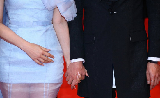 秦昊首度开腔,承认与伊能静的恋爱关系。在柏林 ,记者拍下了他们十指紧扣的瞬间
